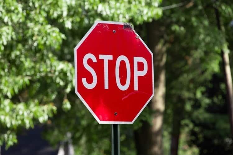 stop sign large ¿Las motocicletas tienen que detenerse en las señales de alto?